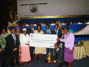 The Zimbabwe Maize Breeding Programme receives the Robert Gabriel Mugabe Award for Outstanding Research. Photo: Courtesy of IBP.