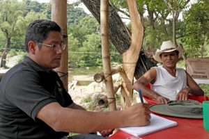 Researcher Alejandro Ramirez records the life experience of a farmer in Chiapas, Mexico. Photo: Sam Storr/CIMMYT